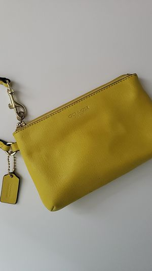 COACH Yellow wristlet AUTHENTIC GREAT condition for Sale in New York, NY