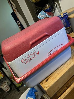 Rubbermaid cooler w/ built in ice pack for Sale in Indianapolis, IN