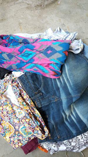 FREE MIX CLOTHES ( NO HAGA PREGUNTAS SOLO MANDE MENSAGE CUANDO ESTE LISTO PARA RECOGER POR FAVOR) for Sale in South El Monte, CA