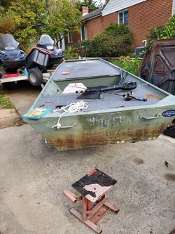 14 ft jon boat with trailer 9.9 hp for Sale in Alexandria,  VA