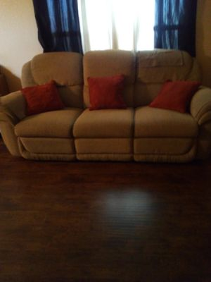 Couch free for Sale in Artesia, CA