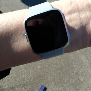 Fitbit Versa Smartwatch And Heart Rate Moniter for Sale in Vacaville, CA