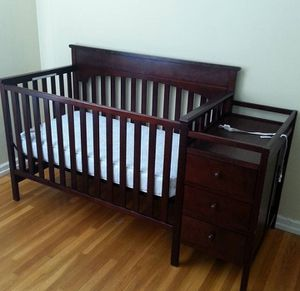 Graco Toddler bed/crib w/changing table for Sale in San Bernardino, CA