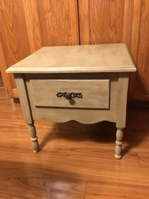 """Solid Wood Gray Accent Table 23"""" x 25"""" x 23"""" for Sale in Turlock, CA"""