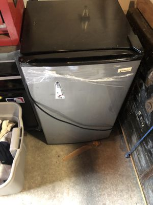 Mini fridge excellent condition works perfectly for Sale in Bloomfield, NJ