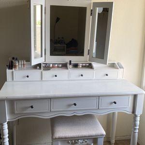 Wayfair Makeup Vanity White for Sale in Buena Park, CA