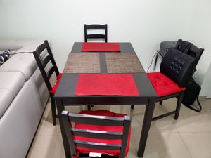 Complete dining table with 4 chairs for Sale in Coral Springs, FL