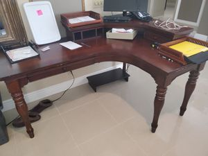 Great condition office desk w chair for Sale in Coconut Creek, FL