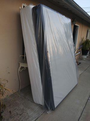 Colchón Queen Size pillow top con base excelentes condiciones for Sale in Lynwood, CA