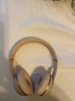 Beats Solo 3 Wireless head phones Satin gold for Sale in Westlake,  MD