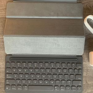 Ipad 10.2inch 32 Gb 7th Gen + Smart Keyboard Used for Sale in Anaheim, CA