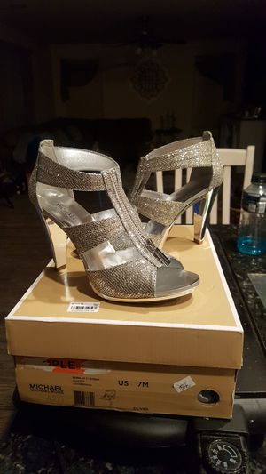 Michael kors size 7M for Sale in Tolleson, AZ