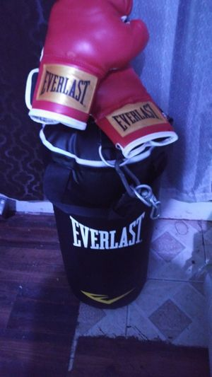 Boxing Bag and Boxing Gloves. Guantes de boxeo y bolsa de boxeo for Sale in Fort Worth, TX