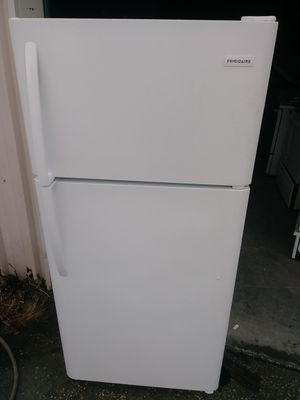 2 year old refrigerator for Sale in Jacksonville, FL