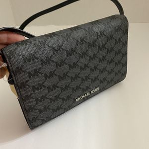 Authentic Michael Kors Clutch 100% authentic Brand new with tag attached for Sale in Lorton, VA