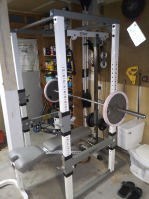 Weight cage with adjustable pull down and matts for Sale in Colorado Springs, CO