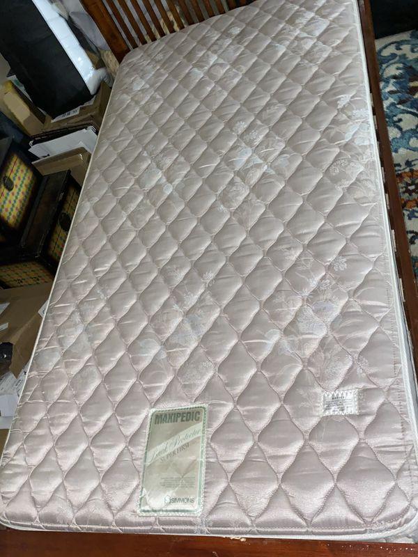 2 camas de pura madera twin size con colchôn❗️💲85 cada una o las dos por 💲150 precio firme