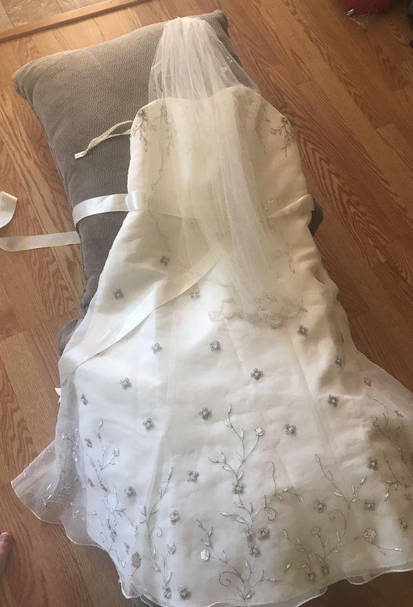 Size 12 David's bridal wedding dress with vail