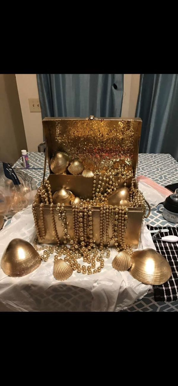 Gold party decor
