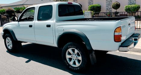 Adult owned 2003 Super DEAL Tacoma WHITE$ for Sale in Wichita,  KS