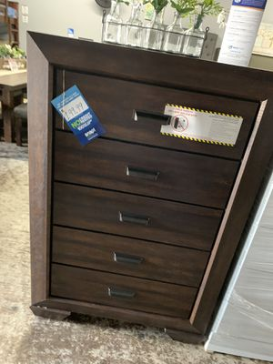 Brown 5- drawer chest for Sale in Bell, CA