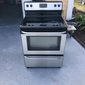 Frigidaire Electric Stove 3 Years Old for Sale in Sun City Center, FL