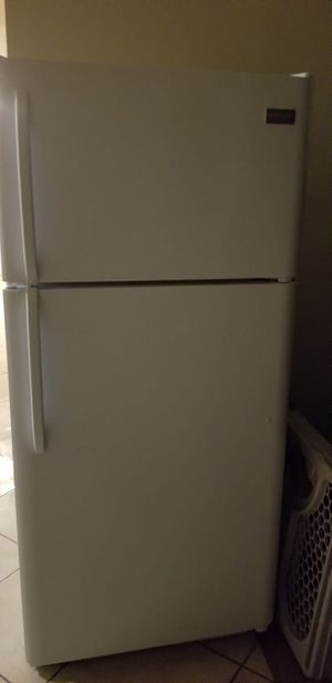Decent size fridge works great new condition for Sale in Tamarac, FL