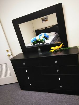 Black compressed wood dresser with mirror for Sale in Santa Monica, CA