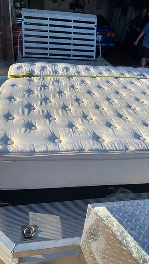 Free king size beauty rest pillow top mattress and box springs for Sale in Mesa, AZ