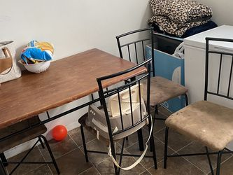 Dining Room Table And Chairs for Sale in Lorain,  OH