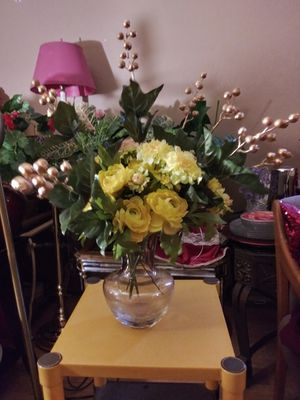 """CRYSTAL VASE W/ARTIFICIAL FLOWERS 23"""" NORMAL WEAR CLEAN $30.00 ENGLISH-SPANISH for Sale in Mesa, AZ"""