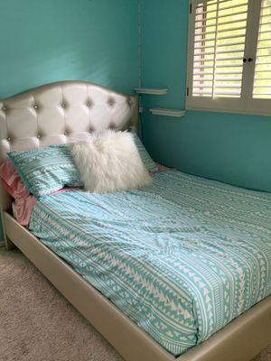 Queen bed tufted metallic with matching dresser for Sale in Beverly Hills, CA