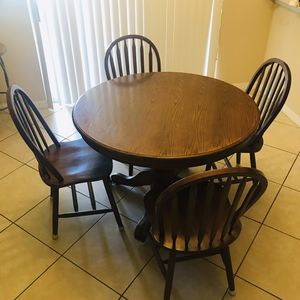 Round kitchen wood table and 4 chairs for Sale in Apopka, FL