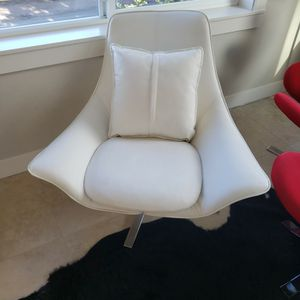 White Swivel Accent Chairs! 2 Matching for Sale in Normandy Park, WA