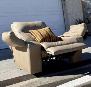 Leather power recliner single chair ( FREE DELIVERY 🚚) USED/EXCELLENT CONDITIONS for Sale in North Las Vegas, NV