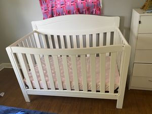 Baby crib in white with mattress for Sale in Miami Gardens, FL
