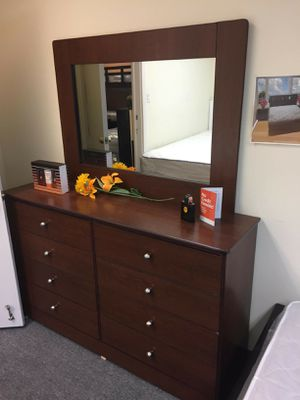 New compressed Wood dresser 8 drawer with mirror for Sale in Moreno Valley, CA