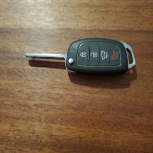 HYUNDAI KEYLESS ENTRY AND FLIP KEY - 4 BUTTON for Sale in Whittier, CA