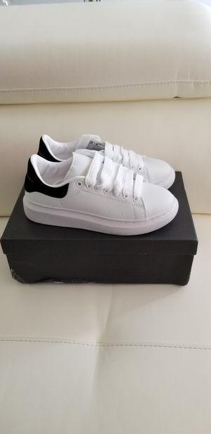 Womens sneaker size 6.5 for Sale in North Miami Beach, FL