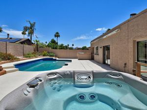 Jacuzzi 4-5 Person 21 Jet Hot Tub Perfect Condition for Sale in Scottsdale, AZ