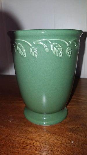 LONGABERGER POTTERY GARDEN VASE GREEN WITH LEAF DESIGN for Sale in Cleves, OH