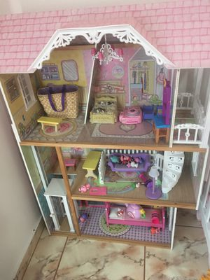 Doll house for toddlers and young girls like new. Toys are not included for Sale in Hialeah, FL