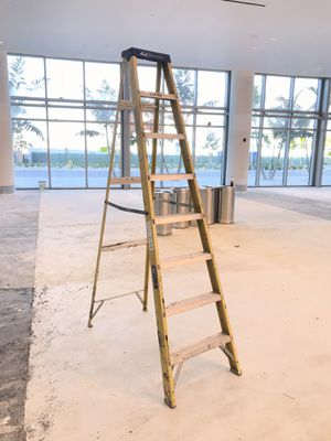 Louisville 8ft 300lbs ladder SELL FAST for Sale in Miami Beach, FL