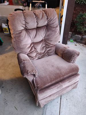 (PENDING) Free comfy chair. 1939 Style Swivel Rocker. for Sale in Lake Stevens, WA