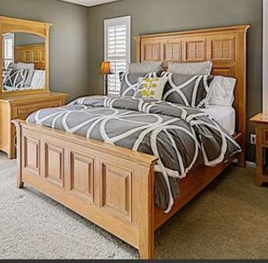 Beautiful Thomasville solid oak bed frame. Head board, foot board and runners. Queen for Sale in Tacoma, WA