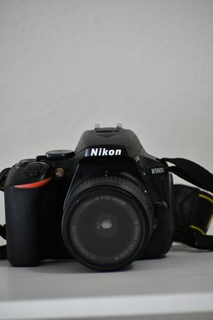Nikon D5600 touchscreen DSLR with kit lens + extra battery for Sale in Dallas, TX