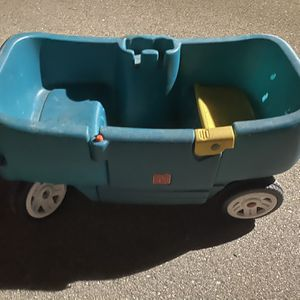 Kids Step 2 Wagon Double Seated for Sale in Warren, MI