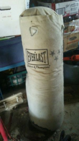 Everlast full size punching bag for Sale in Overton, TX