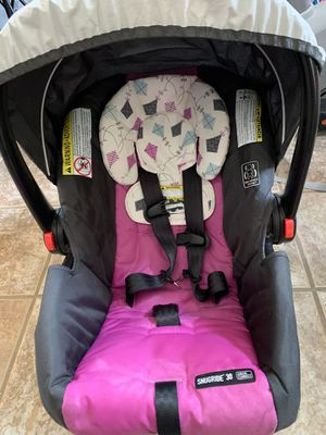 Graco SnugRide Click Connect 30 Infant Car Seat with extra car seat base for Sale in Tigard, OR