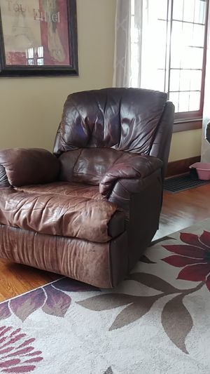 Leather recliner for Sale in Hutchinson, KS
